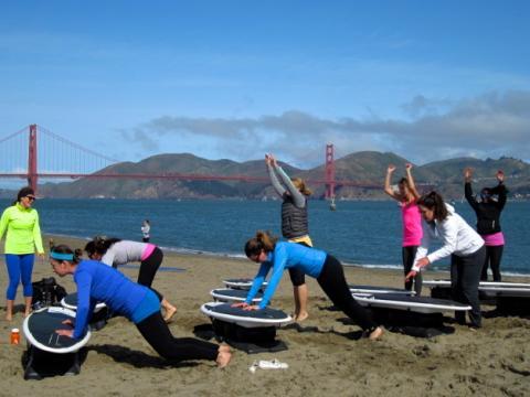 [Photo : entrainement de gym sur la plage de Crissy Field]