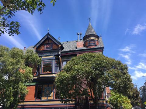 [Photo : maisons victoriennes et ciel bleu à San Francisco]