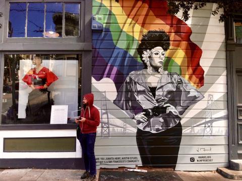 [Photo :  fresque murale avec drapeau arc en ciel LGBTQ Castro San Francisco]