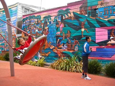 [Photo : Air de jeux enfants avec fresques murales San Francisco]