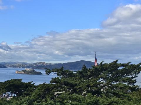 Vue sur l'île d'Alcatraz et la Baie de San Francisco avec drapeau américain