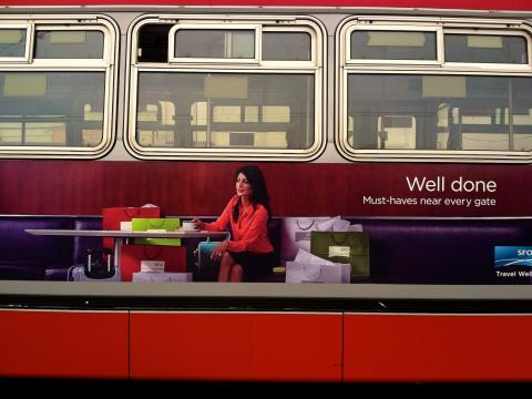 Photo : Publicité sur un bus pour promouvoir le shopping