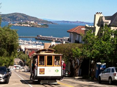 Photo : Cable car avec vue sur la Baie de San Francisco