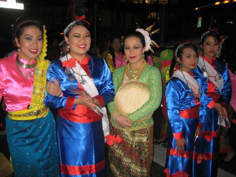 Photo : jeunes femmes en costume traditionnel philippin