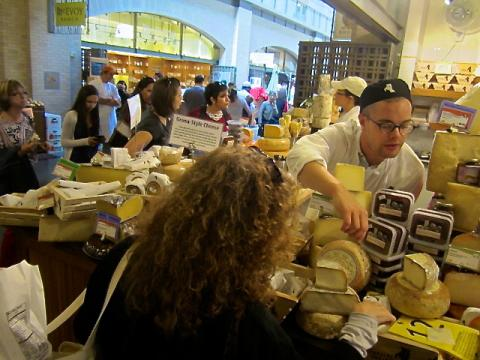 Photo : Marchands de fromage dans le Ferry Building San Francisco
