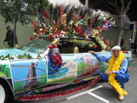 Photo : collectionneur ayant peint sa voiture avec les sites célèbres de la ville