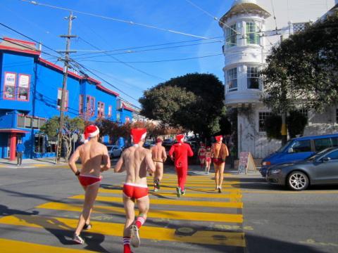 Photo : Coureurs en sous vêtements de Pères Nöel pour la lutte contre le sida
