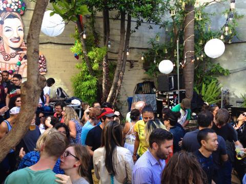 Jardin d'un bar salsa avec orchestre et danseurs
